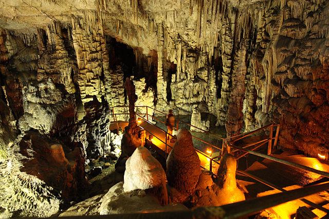 Сталактиты и сталагмиты в Диктейской пещере (Психро)